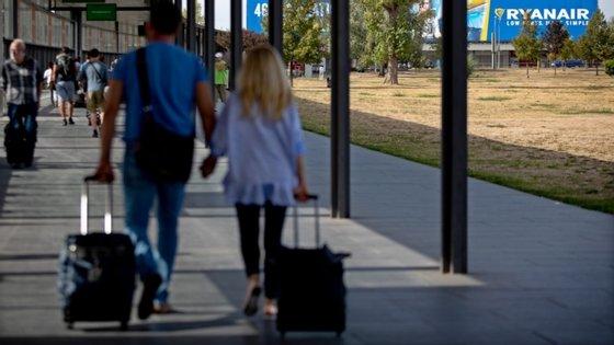A agência recomenda ainda que os passageiros façam o check-inonline, levem o cartão de embarque no telemóvel e façam a etiquetagem da bagagem fora do aeroporto