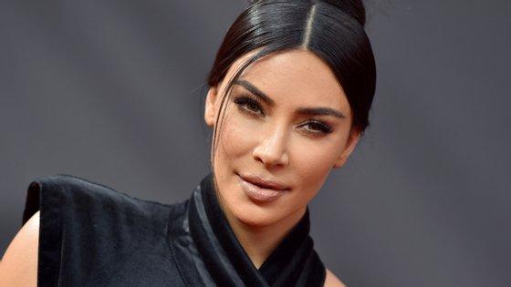 A linha de maquilhagem de Kim Kardashian West está agora avaliada em mil milhões de dólares