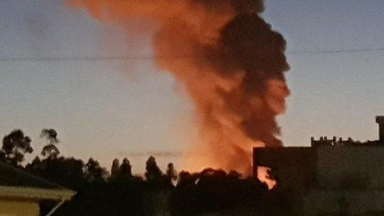 A elevada carga térmica gerada pelo fogo num armazém com toneladas de papel obrigou à intervenção de 150 bombeiros e 150 viaturas de socorro