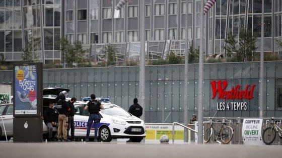 O centro comercial foi evacuado e foi pedido aos clientes que se mantivessem dentro das lojas durante a operação