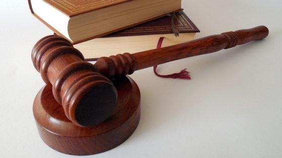 A mulher, de 39 anos, agrediu uma juíza e uma procuradora em 15 de janeiro, num gabinete do edifício do tribunal daquela cidade no contexto de uma conferência de pais