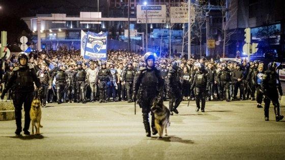 Além dos 233 adeptos detidos, segundo o documento registaram-se ainda duas dezenas de interdições em recintos desportivos e 95 pessoas foram expulsas no decorrer dos eventos.