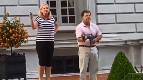 """Segundo o USA Today, Mark McCloskey disse àKMOV-TV que ele e a mulher estavam perante um """"assalto violento"""" de pelo menos 100 pessoas"""