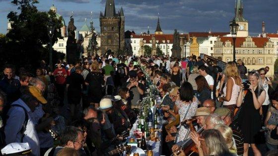 A festa de despedida decorreu horas antes de ser levantada a obrigatoriedade do uso máscara de proteção em público no país, exceto em Praga