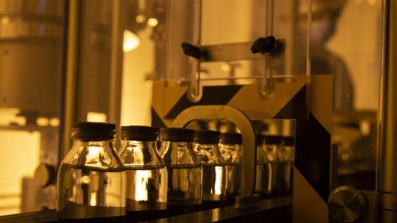 Os Estados Unidos anunciaram que compraram à empresa Gilead Sciences praticamente toda a reserva para três meses do medicamento Remdesivir