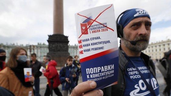 """Em declarações à agência noticiosa espanhola EFE, a opositora a Putin referiu que em Moscovo e em São Petersburgo, segundo uma sondagem à boca das urnas realizada pelos ativistas do movimento, """"quase metade dos votantes"""" recusou as emendas constitucionais."""