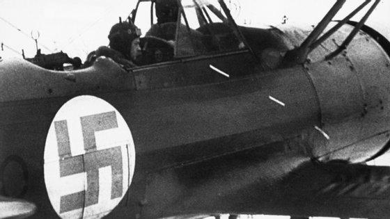Imagem de um avião de combate finlandês, que se estima remontar a 1939 ou 1940, onde é visível uma suástica — neste caso, azul sobre um fundo branco