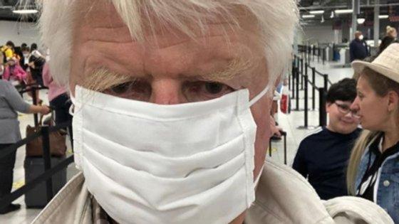 Stanley Johnson documentou a sua viagem na sua conta de Instagram, na qual publicou dois vídeos que o mostram a chegar a Atenas e uma selfie no aeroporto