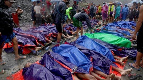 Os deslizamentos de terra em minas de jade causam vítimas mortais todos os anos na região montanhosa do estado de Kachin, na fronteira com a China e a Índia