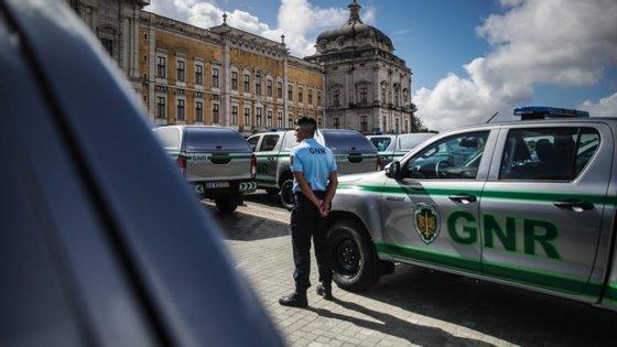 Foi decidido avançar com ações de sensibilização, vigilância e de fiscalização nas ruas, envolvendo forças policiais, bombeiros, freguesias e município