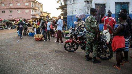 """Das 44 mil pessoas infetadas, 15.500 estão em tratamento com antirretrovirais, medicamentos que Fatoumata Diallo disse estarem garantidos """"pelo menos até final do ano""""."""