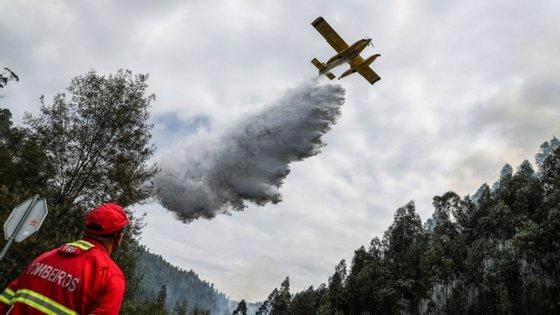 O incêndio da Nazaré deflagrou às 16h39 e lavra numa zona de povoamento florestal