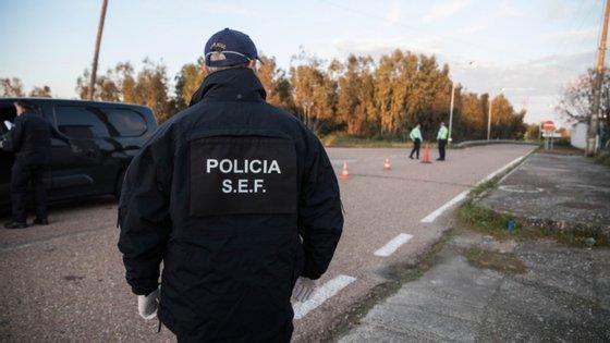 Os três cidadãos estavam instalados no Espaço Equiparado a Centro de Instalação Temporária no Aeroporto do Porto e se tinham evadido daquele espaço pelas 16:00 e que estavam a ser procurados.