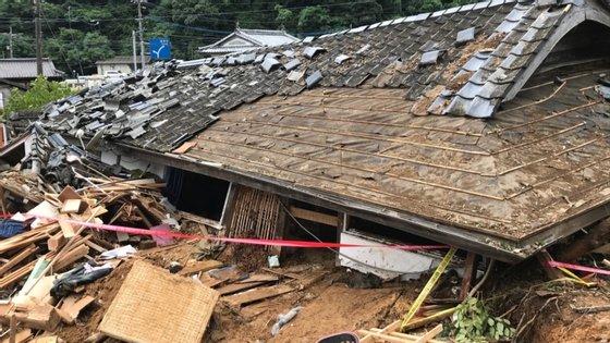 Cinquenta utentes desse lar tiveram de ser resgatados por equipas de emergência deslocadas para o local