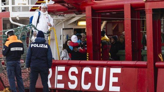 Migrantes aguardam autorização de desembarque na União Europeia