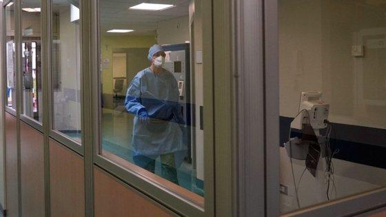 Em Itália, desde fevereiro de 2020, já morreram 34 861 pessoas e 241 611 deram positivo para infeção com covid-19.