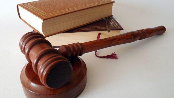 O jovem é acusado de três crimes de homicídio qualificado na forma tentada, três crimes de coação na forma tentada e um crime de detenção de arma proibida