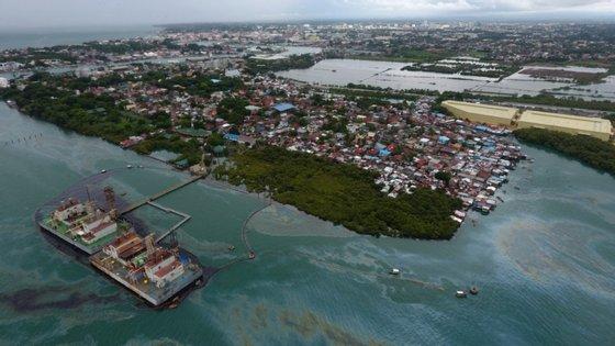 O derrame começou na sexta-feira, após uma explosão na embarcação