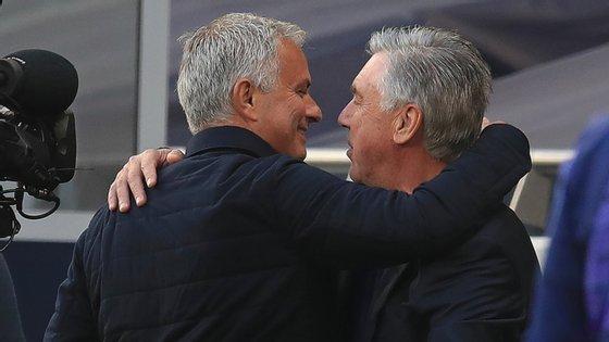 """José Mourinho """"avisou"""" que não iria cumprir a regra e abraçou o amigo Ancelotti antes do jogo"""
