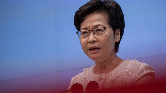 Carrie Lam afirma que o diploma imposto por Pequim ajudará a restaurar a estabilidade e a confiança após meses de protestos