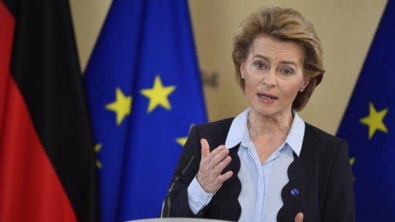 Von der Leyen falava num debate sobre as prioridades da presidência semestral alemã do Conselho Europeu, no qual participou Angela Merkel