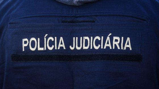 As autoridades realizaram sete buscas e detiveram dois homens, com 43 e 70 anos de idade, que se aproveitaram da dependência de substâncias estupefacientes de uma das vítimas para a aliciar para a prostituição.