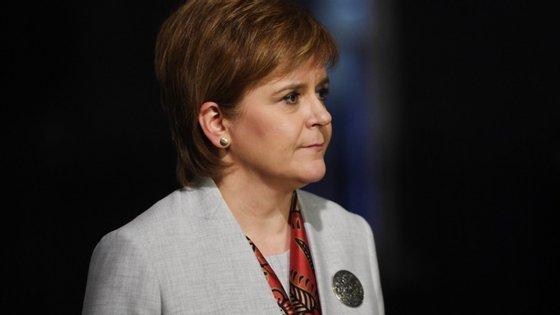 """""""Esta foi uma decisão muito difícil, mas espero ter mostrado hoje, que foi feita com base em evidências"""", justificou a primeira-ministra escocesa, Nicola Sturgeon"""