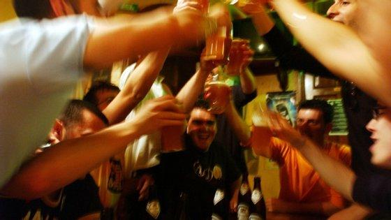 As razões invocadas pelos inquiridospara beber menos são o não ter a companhia das pessoas com quem costumava beber (45%), o gostar de beber apenas fora de casa, em ambiente festivo (35%) e o procurar um estilo de vida mais saudável possível devido à pandemia (34%).