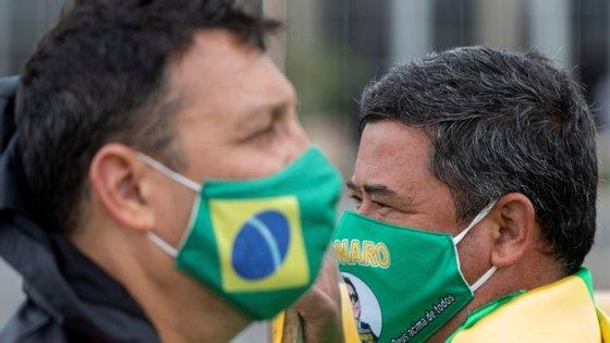 A taxa de letalidade da Covid-19 no Brasil mantém-se nos 4%, de acordo com a tutela da Saúde.