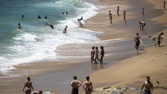 A interdição da prática balnear aplica-se apenas na praia da Parede, não afetando as restantes