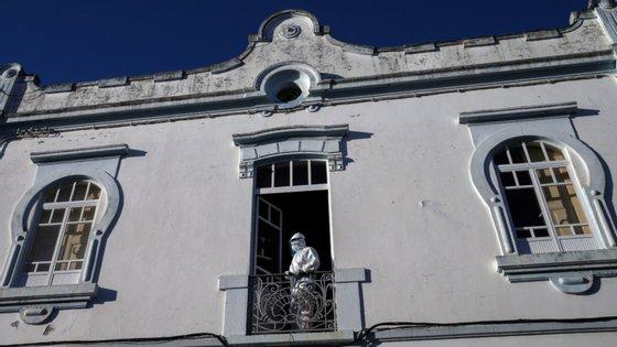 Com a situação no lar, o concelho de Reguengos de Monsaraz regista o maior surto no Alentejo da doença provocada pelo novo coronavírus SARS-CoV-2, com um total, segundo os dados desta quinta-feira, de 131 casos ativos, 16 mortos e 14 pessoas curadas (cinco funcionários do lar e nove pessoas da comunidade)