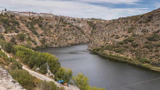 """Segundo o manifesto, neste modelo """"injusto e caduco"""" o que sobra para a região em que são explorados os recursos naturais, são os impactos ambientais negativos da construção e da exploração das barragens"""