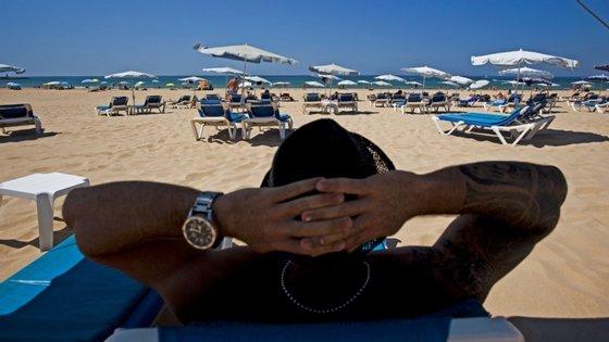 """Os empresários consideram que a situação no Algarve """"agravou-se de forma dramática, em consequência da obrigatoriedade de quarentena imposta pelo Reino Unido, relativamente aos turistas provenientes de Portugal, sendo que a mesma situação está a ser ampliada a outros países"""""""