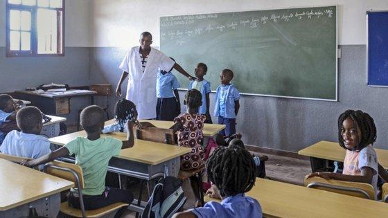 """No ensino público, Moçambique conta com um total de 13.337 escolas primárias e 677 escolas secundárias, um """"desequilíbrio"""" que é apontado como um desafio nos esforços para garantir a permanência das crianças nas escolas, principalmente nas zonas rurais"""