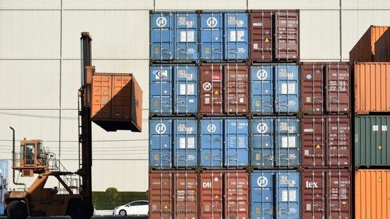 A queda deu-se em todas as categorias de produtos, destacando o INE a queda nas exportações e nas importações de material de transportes
