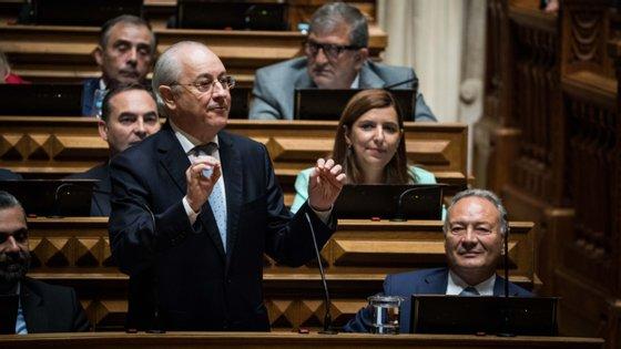 Presidente do PSD volta a adiar a saída de líder parlamentar. Teve para sair em fevereiro e em março, mas só o fará em setembro
