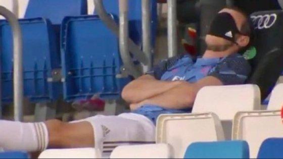 Gareth Bale foi apanhado com a máscara nos olhos durante o jogo do Real Madrid frente ao Alavés