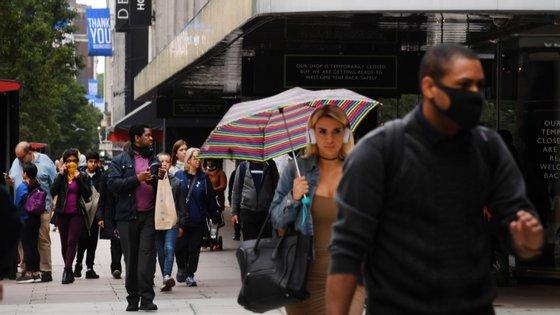O governo está a planear tornar obrigatório o uso de máscaras nas loja
