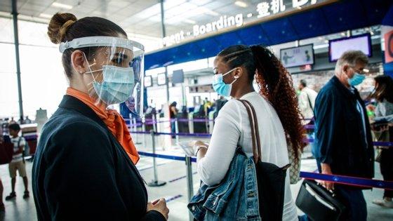 Não está previsto obrigar os franceses a usarem máscara nos lugares públicos, embora esta seja uma recomendação
