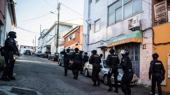 Os oito detidos deverão ser presentes tribunal na quarta-feira