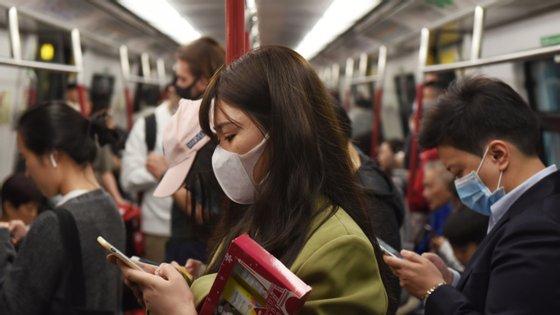 O uso de máscaras vai passar a ser obrigatório nos transportes públicos de Hong Kong