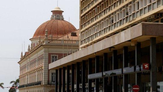 Em causa está um depósito de 21,8 milhões de kwanzas, no dia 20 de julho de 2017, assinado por uma estudante de 23 anos de Viana, e um outro depósito de 250 mil dólares, na conta de Manuel Paulo da Cunha ('Nito Cunha'), antigo diretor do gabinete do ex-Presidente da República de Angola José Eduardo dos Santos, tendo ambos levantado suspeitas internas