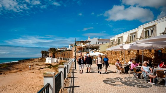 O setor do turismo foi dos mais afetados desde o início da pandemia de Covid-19 e agravou-se agora mais no Algarve, na época alta, depois de vários países obrigarem os seus cidadãos a um período de quarentena no regresso se viajarem para Portugal