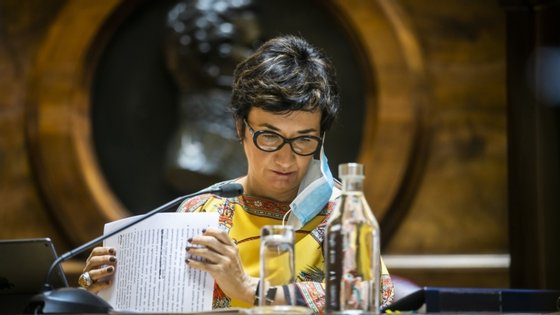 Maria do Céu Albuquerque referiu que em junho o ministério da Agricultura aprovou medidas para o setor, no valor de 15 milhões de euros, destinados à destilação de vinhos com Denominação de Origem ou Indicação Geográfica e ao apoio ao armazenamento de vinho em situação de crise