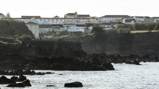 Durante a manhã de terça-feira, havia já sido registado um sismo de magnitude 3,5 na escala de Richter a cerca de 23 quilómetros a este/sudeste do Cabo da Praia, na ilha Terceira