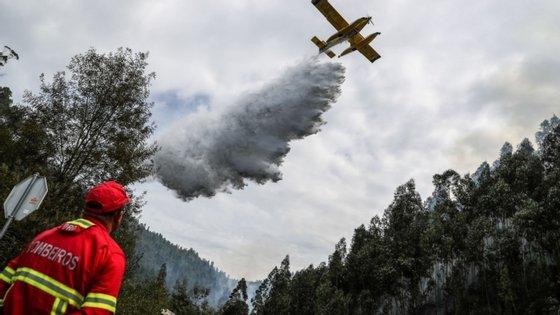No combate às chamas estão evolvidos 140 operacionais e 46 viaturas de várias corporações dos distritos de Viana do Castelo, Braga e Porto