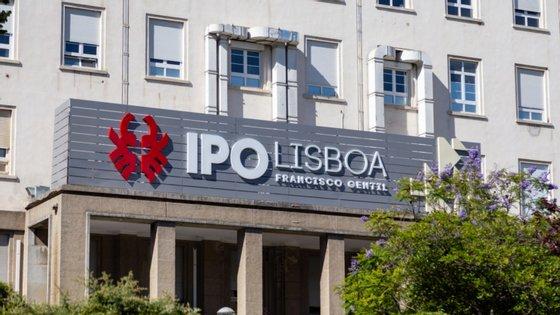"""""""O Instituto Português de Oncologia de Lisboa Francisco Gentil recebe mais de mil doentes diariamente só para realização de atos de ambulatório (consultas, exames e tratamentos de radioterapia, quimioterapia e outros)"""", esclarece o IPO"""