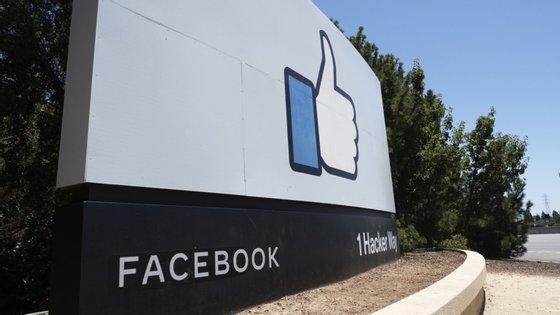 """A rede social informou que removeu um total de 35 contas pessoais, 14 páginas e um grupo no Facebook e outros 38 perfis no Instagram, algumas das quais se faziam passar por meios de comunicação, criavam pessoas fictícias e promoviam """"discursos de ódio"""""""