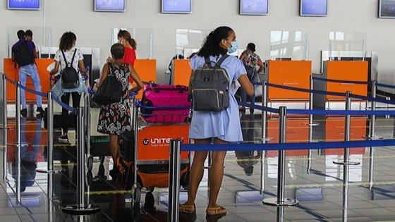 À entrada do aeroporto, o passageiro passa por um rigoroso controlo sanitário, que começa com a apresentação de uma declaração de teste negativo para o novo coronavírus feito com uma antecedência mínima de 72 horas, exigido apenas aos passageiros das ligações com saída da Praia e do Sal, os dois principais focos de Covid-19 no arquipélago
