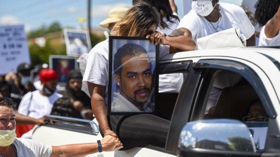 """""""Um homem negro tem cerca de três vezes mais riscos de ser morto pela polícia do que um branco"""" e, no entanto, a comunidade negra representa apenas 13% da população dos EUA"""